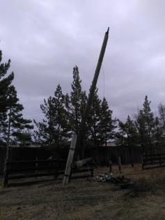 Этот сгоревший столб чуть не сжег Кыру в минувшие выходные.  Привет, Читаэнерго