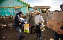 «Вечорка» и «Чита.Ру» привезли продуктов старушке, поговорившей с блогером Варламовым
