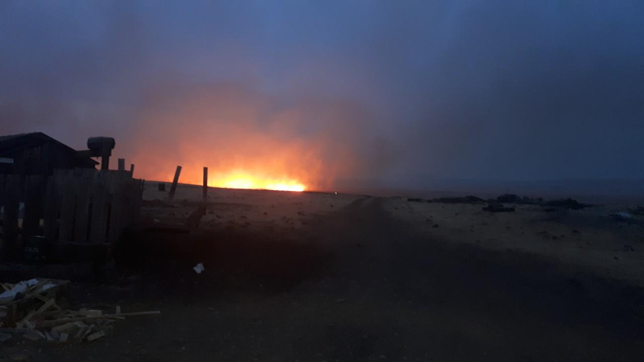 В селе Хада-Булак степной пожар уничтожил две чабанские стоянки