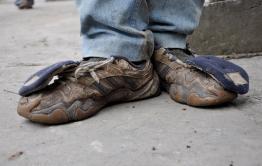 Вор оставил рваные кроссовки взамен украденных