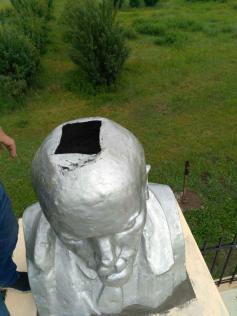 В Кыре Ильичу сделали трепанацию черепа. Местные говорят, что это конструкторская задумка. Так, мол, проще бетон в череп заливать, устойчивости для. 5 июля