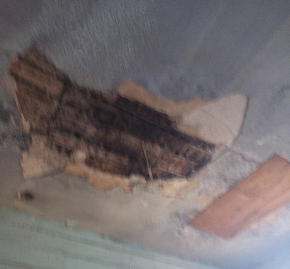 Мужчина упал с крыши в Антипихе, когда полез починить протекающую крышу