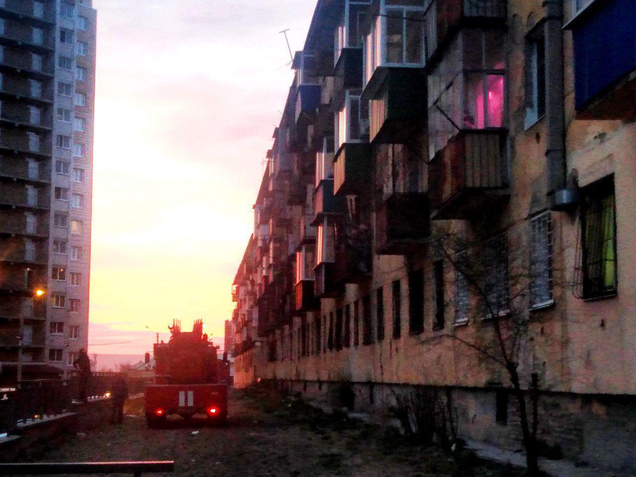 Мусор на балконе пятиэтажки загорелся рядом с «Вечоркой»