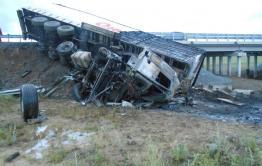 Фура перевернулась и сгорела в Забайкалье, водитель госпитализирован