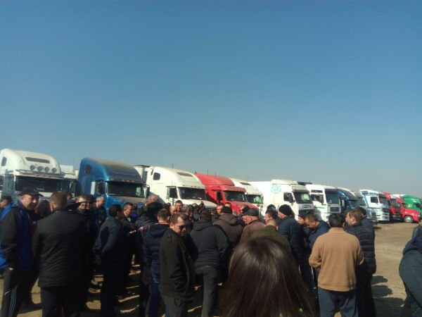 На пятый день забастовки депутаты почтили своим присутствием дальнобойщиков
