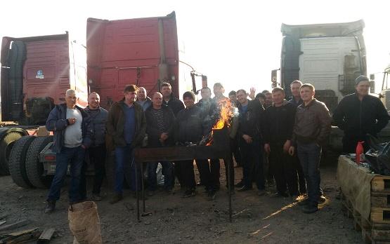Дальнобойщики в Борзе бастуют вокруг мангала с барашком