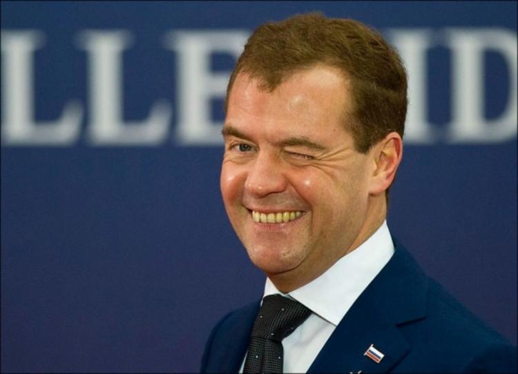 Медведев внезапно стал ученым и написал статью о необходимости повышения пенсионного возраста
