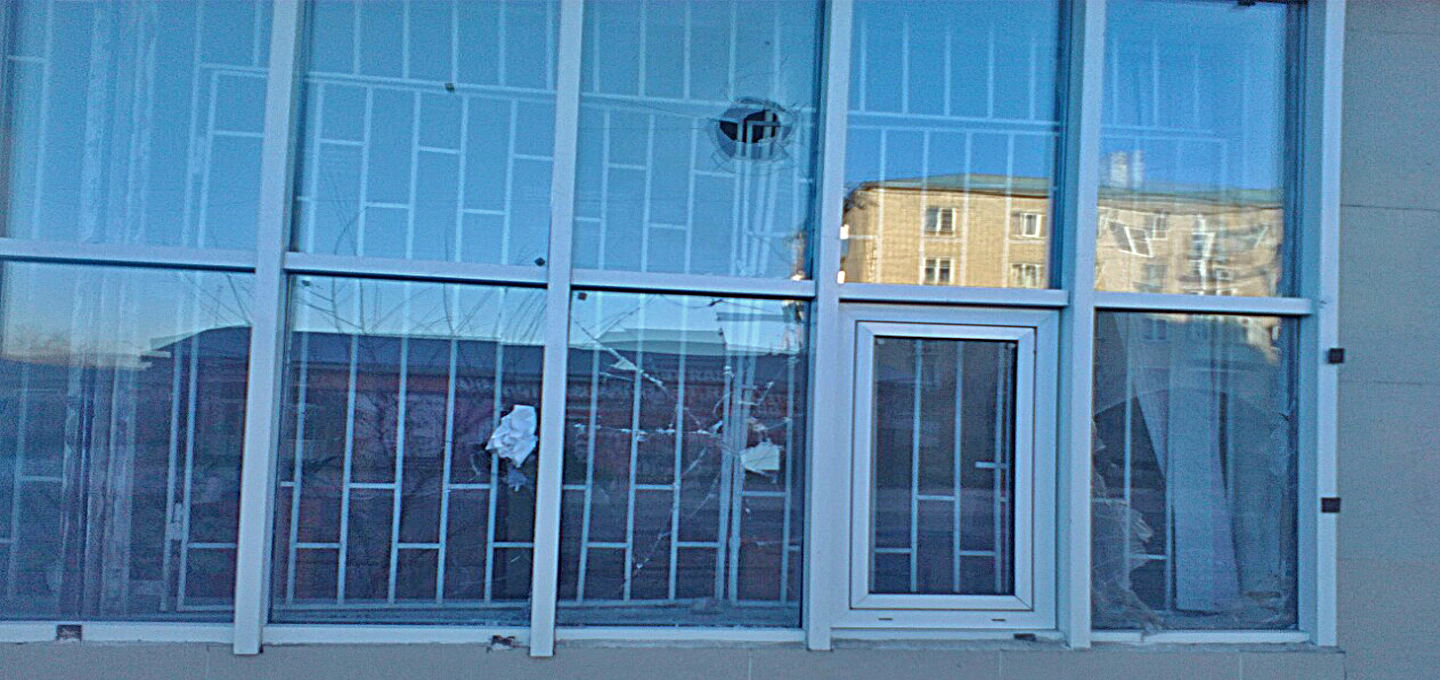 Осужденный на 10 суток ареста разбил окна Борзинского районного суда