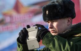 Военнослужащих будут увольнять за смартфоны