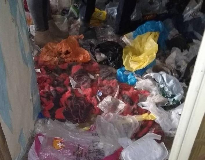 Заваленную мусором и собачьим пометом квартиру вскрыли в Забайкальске