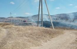Кладбище загорелось из-за возгорания травы в Засопке