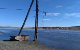 В разрезанном рекой Кайдалово избирком переплывает к избирателям на лодке