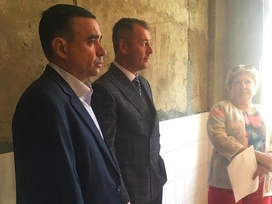 Александр Сапожников проинспектировал ремонт школьных туалетов