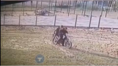 Мотоциклист сбил двухлетнего ребенка в Карымском в Забайкалье (видео)