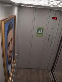 Жители одной из многоэтажек Читы в один прекрасный день застали в своем лифте портрет Александра Осипова. Кадр из видео. 24.02.2020