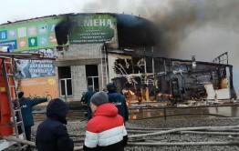 Афтершоки пожара на Острове. Владелец сгоревшего торгового центра вставит окна жителям пострадавшего от пожара дома