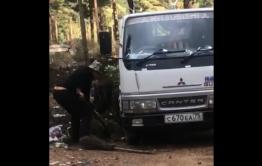 Забайкальцы заставили мужчину собрать мусор, выброшенный в лесу под Смоленкой