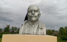 Памятнику Ленину в Кыре сделали трепанацию черепа. Бюст не впервые страдает от вандалов