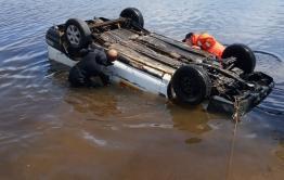 Спасатели вытащили из озера в Колочном утонувшую машину с трупом