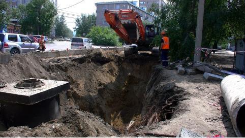 В Чите рабочие повредили канализационный коллектор