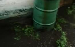 Двор дома на Колхозной в Чите затопило дождями