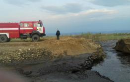 Поднявшаяся вода размыла насыпной мост в селе Домна-Ключи