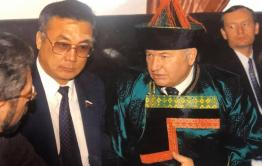 Сенатор Жамсуев: Лужков пел по-бурятски, но бараньим глазом я его не угощал, это фейк