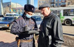 Сотрудники полиции патрулируют улицы Читы из-за режима полной самоизоляции