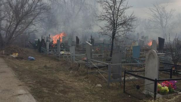 Глава Булума пообещала летом завершить ограждение кладбища, пострадавшего от пожара три года назад