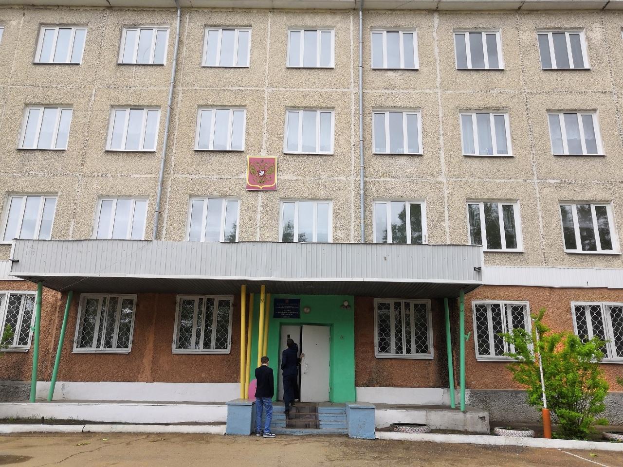 Учителя Борзинской школы пожаловались Осипову на ветхую мебель, старое оборудование и маленькие зарплаты