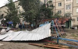 Шквалистый ветер в Чите срывает крыши домов и валит рекламные конструкции  (видео)