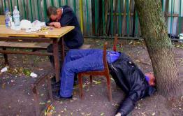 Женщина в Акше обворовала 82-летнего собутыльника, чтобы заплатить кредит