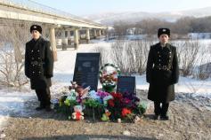 Мемориальные доски в память о погибших в ДТП под Сретенском установили на берегу Куэнги