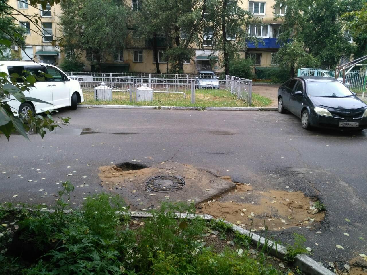 """Прогнозы """"Вечорки"""" сбываются - отремонтированная Водоканалом с помощью песка  яма напротив редакции стала глубже после дождей.  Чита, Кастринская, 3"""
