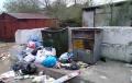 Охреневшие коммунальщики на Чкалова бросили мусор у контейнеров (Видео)