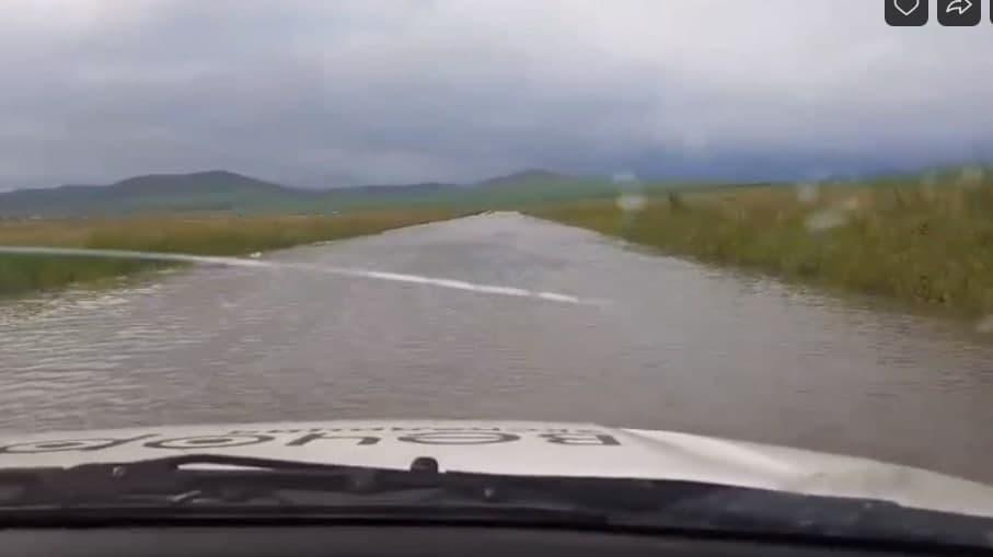 Вода с полей размывает дорогу в Сретенском районе Забайкалья (видео)