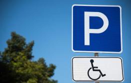 Таксист из Атамановки, попавший на фотофакт, оказался инвалидом-колясочником