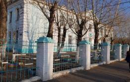 Родительский комитет борзинской школы пожаловался на выпадающие двери и не открывающиеся окна