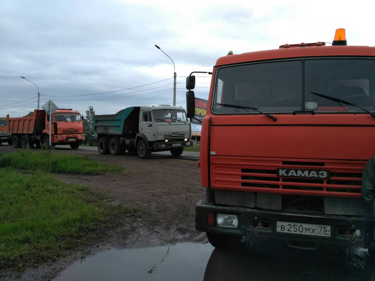 Жители СНТ «Биофабрика» в Чите заблокировали проезд КамАЗов с грунтом к даче Михалева