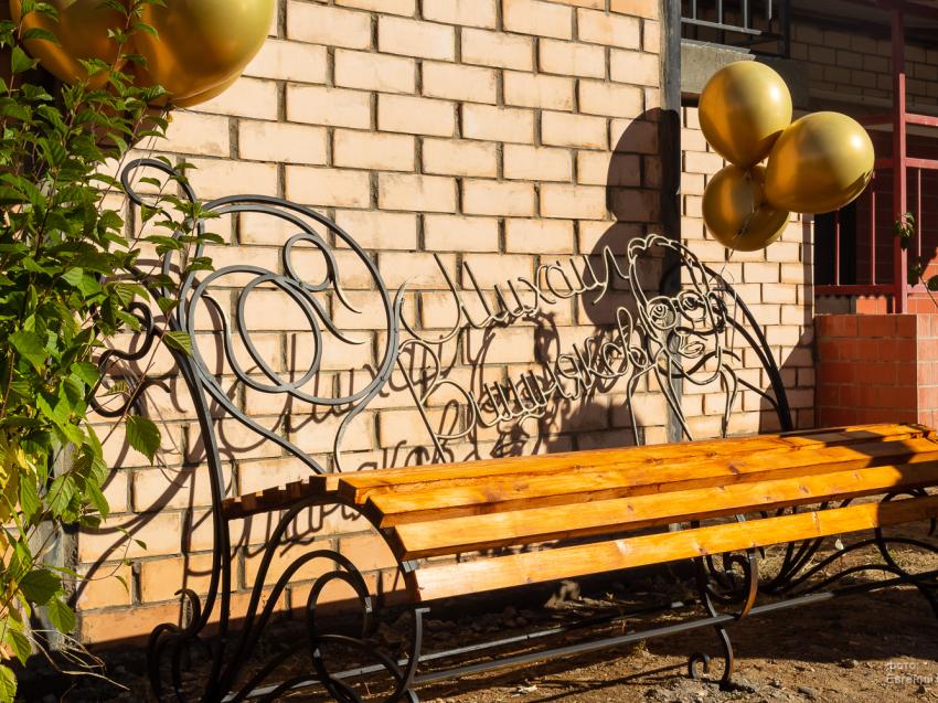 Литературная скамья в честь забайкальского поэта Михаила Вишнякова появилась в Чите