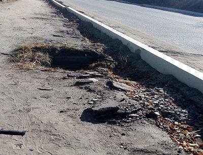 Открытая сточная канализация, вскрытые тротуары - жители Большого острова просят о спасении