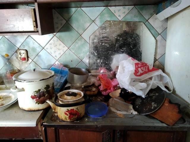 Краснокаменская «кукушка» на неделю уехала в Китай, бросив детей в грязной квартире с тараканами