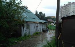 Сильные дожди топят деревянный дом в центре Читы (видео)