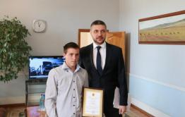 Глава Забайкалья поблагодарил школьника, который спас ребёнка из горящего дома