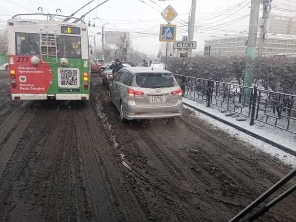 Пассажиры вытолкали троллейбус в Чите