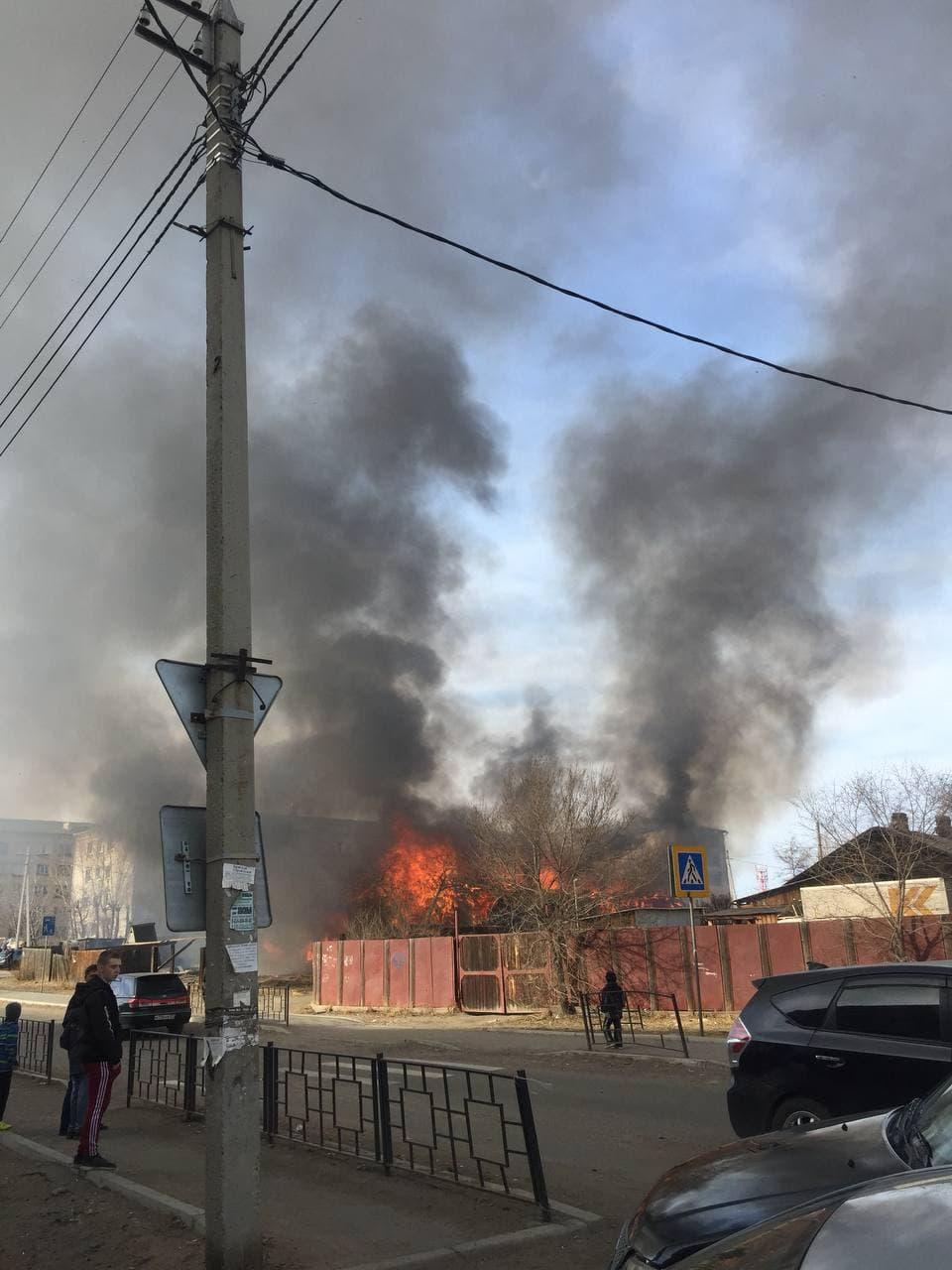 Барак горит около школы на Зенитке в Чите