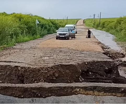 Дорогу на Вершино-Дарасунский снесло рекой
