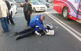 Пострадавшего в ДТП мотоциклиста увезли на скорой