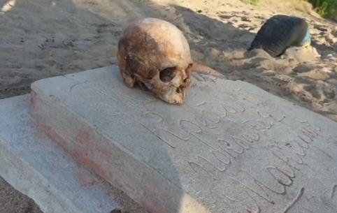 Надгробие с черепом обнаружено на берегу Кенона в Чите