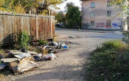 Читинцы выкинули мусор на улицу после ремонта ограды